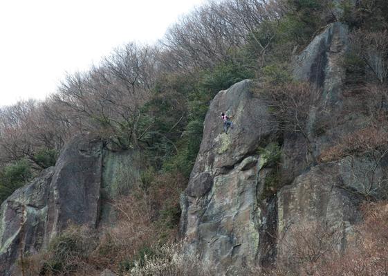 梅林の奥にそそり立つ「幕岩」はロッククライミングのゲレンデとして有名。