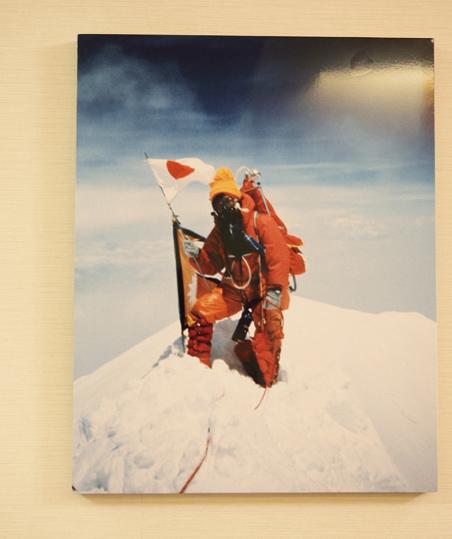オフィスに飾られた、エベレスト登頂時の写真
